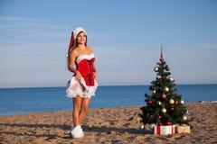 Dziewczyna nowego roku morza plaży Bożenarodzeniowi południe Zdjęcia Stock