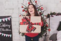 Dziewczyna nowy rok z teraźniejszość w rękach zdjęcie stock