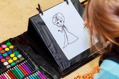 dziewczyna ołówki śliczni rysunkowi ołówki Zdjęcia Royalty Free