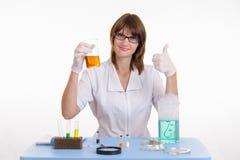 Dziewczyna obracający chemika doświadczenie Obrazy Stock