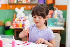 Dziewczyna obraz Przy biurkiem W sala lekcyjnej Zdjęcie Royalty Free