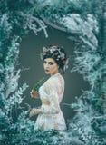 Dziewczyna - obrazek, obramiający od gałąź fotografia royalty free