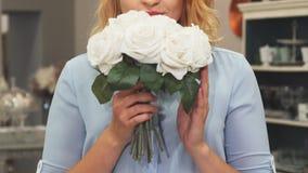 Dziewczyna obwąchuje kwiaty zbiory wideo