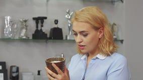 Dziewczyna ocenia nowego kubek zbiory