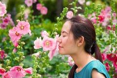 Dziewczyna odór kwiat Obrazy Royalty Free