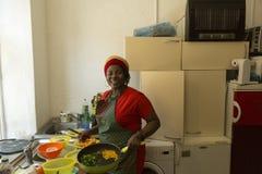 Dziewczyna od afryka zachodnia w kuchni Obrazy Royalty Free