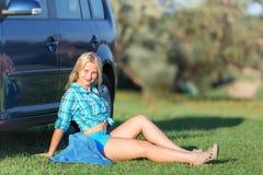 Dziewczyna odpoczywa blisko samochodu zdjęcie royalty free