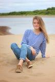 Dziewczyna odpoczywa na plaży na bankach rzeka, Obraz Royalty Free