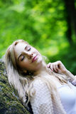 Dziewczyna odpoczywa na skale Zdjęcia Royalty Free