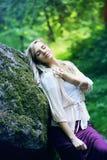 Dziewczyna odpoczywa w lesie Fotografia Stock