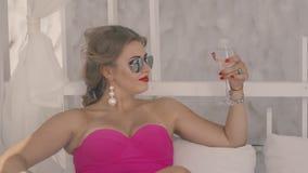Dziewczyna odpoczywa z szkłem 2 zbiory wideo