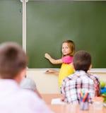 Dziewczyna odpowiada pytania nauczyciele blisko zarządu szkoły Fotografia Royalty Free
