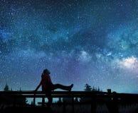 Dziewczyna ogląda gwiazdy w nocnym niebie zdjęcie stock