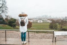Dziewczyna ogląda Londyn krajobraz w Greenwich, Londyn, UK, kanarek fotografia stock