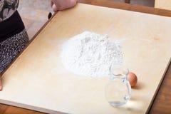 Dziewczyna ogląda mąkę na stole fotografia royalty free
