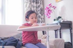 Dziewczyna ogląda online wideo na telefonie komórkowym zdjęcie royalty free