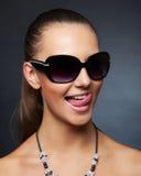dziewczyna okulary przeciwsłoneczne jej pokazywać jęzor Zdjęcie Royalty Free