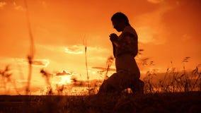 Dziewczyna ono modli się dziewczyna składał jej ręki w modlitewnej sylwetce przy zmierzchem zwolnionego tempa wideo Dziewczyna sk zdjęcie wideo