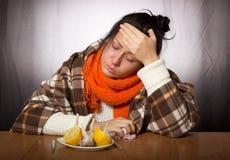 Dziewczyna ono taktuje dla choroby cytryny i czosnku Obraz Stock