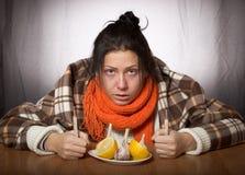Dziewczyna ono taktuje dla choroby cytryny i czosnku Fotografia Stock