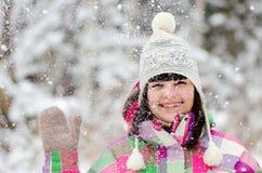 Dziewczyna ono uśmiecha się i macha w zima lesie Obraz Royalty Free