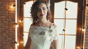 Dziewczyna ono uśmiecha się i spogląda od strony strona w ślubnej sukni zbiory wideo