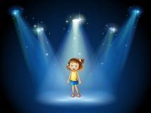 Dziewczyna ono uśmiecha się po środku sceny pod światłami reflektorów Zdjęcie Stock