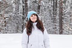 Dziewczyna ono uśmiecha się w zima parku Obraz Royalty Free