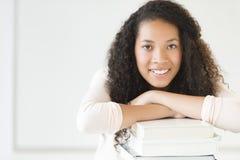 Dziewczyna Opiera Na Brogować książkach W sala lekcyjnej Zdjęcia Stock