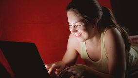 dziewczyna opowiada na ogólnospołecznych sieciach zbiory