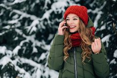 Dziewczyna opowiada na smartphone w zimnym zima dniu Obrazy Royalty Free