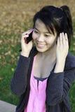 Dziewczyna opowiada na telefonie Zdjęcia Royalty Free