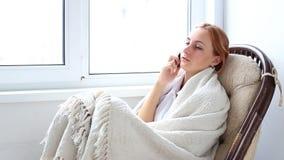 Dziewczyna opowiada na telefonie zbiory