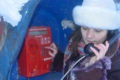 Dziewczyna opowiada na telefonie Fotografia Royalty Free