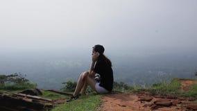 Dziewczyna opowiada na telefonie w dolinie zbiory wideo