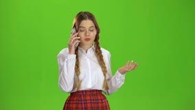 Dziewczyna opowiada na telefonie zielony ekran zbiory