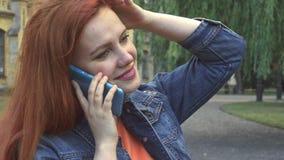 Dziewczyna opowiada na telefonu uśmiechniętym i roześmianym zakończeniu up zbiory
