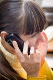 Dziewczyna opowiada telefon komórkowego Zdjęcia Royalty Free