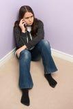 Dziewczyna Opowiada telefon komórkowy Zdjęcie Royalty Free