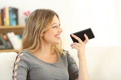 Dziewczyna opowiada telefon używać głosu rozpoznanie Obrazy Royalty Free