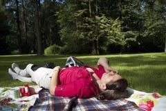 Dziewczyna opowiada telefon w lasowej haliźnie Obraz Royalty Free