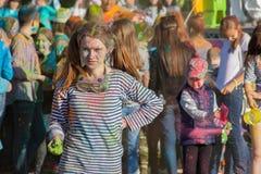 Dziewczyna organizator festiwal koloru Holi zatoka w mieście Cheboksary, Chuvash republika, Rosja 06/01/2016 Obrazy Royalty Free