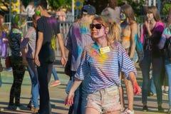 Dziewczyna organizator festiwal koloru Holi zatoka w mieście Cheboksary, Chuvash republika, Rosja 06/01/2016 Zdjęcie Stock