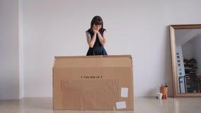 Dziewczyna otrzymywa dużego pakunek zdjęcie wideo