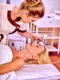 Dziewczyna otrzymywa elektrycznego twarzowego masaż zdjęcia stock