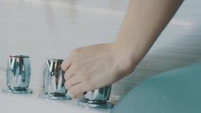 Dziewczyna otwartego metalu rozjarzony faucet wanna w łazience Woda Ranek higiena zbiory