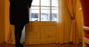 Dziewczyna otwierał zasłony i otwierał drzwi balkon zbiory