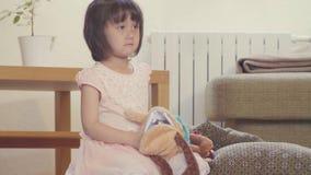 Dziewczyna otwiera zabawkę i znajduje cukierki inside zbiory
