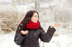 Dziewczyna outdoors w śnieżnym zima dniu zdjęcie stock