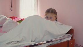 Dziewczyna pójść łóżko zbiory wideo